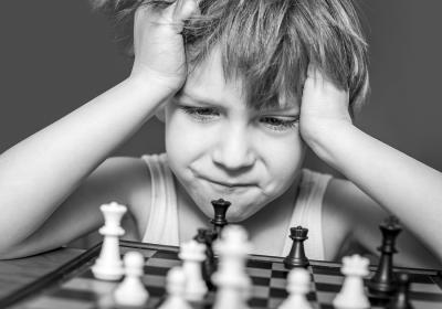 Enfant apprendre jouer aux echecs
